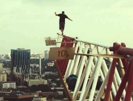 Rooftopping : l'ascension vertigineuse de Mustang Wanted à Belgrade